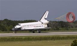 <p>Il rientro dello shuttle Endeavour al Kennedy Space Center di Cape Canaveral, Florida. REUTERS/Scott Audette</p>