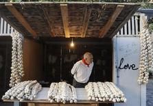 <p>Un banchetto vende aglio. REUTERS/Vincent West (SPAIN SOCIETY)</p>