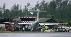 <p>Спасатели работают на месте аварии самолета авиакомпании Bangkok Airways в аэропорту острова Самуи 4 августа 2009 года. Пилот тайского самолета погиб, когда лайнер с семью десятками людей сошел с полосы при посадке на курортном острове Самуи в ливень, сообщила полиция. REUTERS/Stringer</p>
