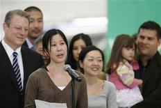 <p>Освобожденные журналистки Лора Лин (вторая слева) и Юна Ли (в центре) обращаются к журналистам, после того как вернулись к своим семьям в Бербанке, Калифорния 5 августа 2009 года. Две американские журналистки, освобожденные из заключения в Северной Корее, в среду вернулись к своим семьям в США, в то время как Вашингтон пытался развеять слухи о прогрессе в ситуации с Пхеньяном. REUTERS/Mario Anzuoni</p>