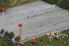 <p>An aerial view shows the length of the train of a wedding dress during a wedding ceremony in Jilin city, Jilin province August 6, 2009.CHINA-WEDDING/ REUTERS/Stringer</p>