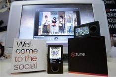 <p>La prima versione del lettore difitale Zune di Microsoft in una foto del 2006. REUTERS/Robert Sorbo</p>