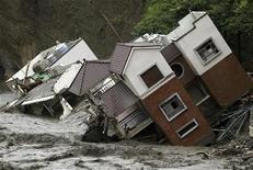 """<p>Потоки воды смывают здания на юге острова Тайвань 11 августа 2009 года. Жертвами тайфуна """"Моракот"""" стали более 500 человек, сообщил президент Тайваня Ма Инцзю. Ранее сообщалось только о 300 погибших. REUTERS/Stringer</p>"""