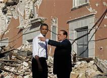 """<p>Сильвио Берлускони показывает Бараку Обаме разрушенный землетрясением город Л'Аквила во время ежегодного саммита """"Большой восьмерки"""" 8 июля 2009 года. Мужчина, пострадавший в апреле при землетрясении в городе Л'Аквиле, попросил премьер- министра Италии Сильвио Берлускони сдержать свое обещание и приютить в одной из своих вилл оставшихся без крыши над головой. REUTERS/Jason Reed</p>"""