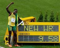 <p>Ямайский спринтер Усэйн Болт празднует установление нового мирового рекорда в беге на 100 метров на чемпионате мира по легкой атлетике в Берлине 16 августа 2009 года.Ямайский спринтер Усэйн Болт превзошел мировой рекорд в беге на 100 метров на чемпионате мира по легкой атлетике, преодолев дистанцию за 9,58 секунды. REUTERS/Tobias Schwarz</p>
