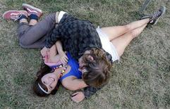 <p>Due ragazzini ad un festival musicale. REUTERS/Karoly Arvai</p>