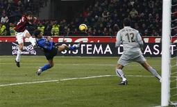 <p>Filippo Inzaghi in azione nel derby con l'Inter. REUTERS/Tony Gentile (ITALY)</p>