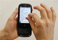 <p>Foto de archivo del teléfono inteligente Pre de Palm en una tienda de Nueva York, 3 jun 2009. Los desarrolladores de software podrán comenzar a cobrar por las aplicaciones descargadas para el teléfono inteligente Pre de Palm, cuando la compañía lance un programa de prueba de comercio electrónico a mediados de septiembre. REUTERS/Lucas Jackson</p>