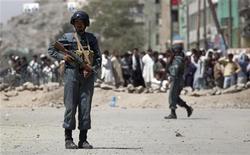 """<p>Сотрудники сил безопасности Афганистана на месте перестрелки в Кабуле 19 августа 2009 года. Боевики движения """"Талибан"""" в среду утром атаковали здание одного из банков в афганской столице, вступив во многочасовую перестрелку с полицией. Очередная, уже третья за последние пять дней, вспышка насилия в Кабуле подтверждает обещания талибов сорвать намеченные на четверг президентские выборы. REUTERS/Adrees Latif</p>"""
