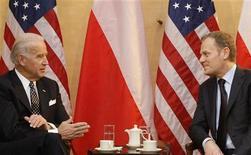 <p>Вице-президент США Джо Байден (слева) и премьер-министр Польши Дональд Туск на встрече в Мюнхене 7 февраля 2009 года. Варшава ожидает, что США уже в сентябре определятся с планами относительно размещения в Центральной Европе противоракетного щита, против которого выступает Россия, заявил в пятницу заместитель министра обороны Польши Станислав Коморовски. REUTERS/Michael Dalder</p>