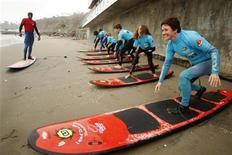 <p>Una mujer sobre una tabla de surf mientras toma clases del deporte en la playa Barranquito en Lima, 18 ago 2009. Para muchos de sus habitantes, Lima no es una de las ciudades más acogedoras de Perú por la gran contaminación y congestionado tráfico, pero en su orilla alberga un paraíso para los surfistas: Waikiki. Miraflores, un distrito acomodado en el sur de Lima, posee su propia Waikiki, bautizada así por el rico heredero azucarero Carlos Dogny, quien en 1941 regresó de Hawaí con una tabla bajo su brazo regalo de la leyenda del surf Duke Kahanamoku. REUTERS/Enrique Castro-Mendivil</p>