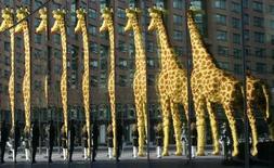 <p>Скульптура жирафа, иготовленного из конструктора Lego, отражается в витринах зданий на Потстдамской площади в Берлине 28 марта 2007 года. Посетители одного из парков в Берлине все чаще покидают его с необычным сувениром - 30 сантиметровым пенисом жирафа, собранного из конструктора Lego. REUTERS/Tobias Schwarz</p>