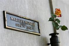 <p>Ячейка Мэрилин Монро на кладбище The Westwood Village Memorial Park в Лос-Анджелесе 17 августа 2009 года. Вдова Ричарда Пончера через онлайн-аукцион eBay Inc продала место захоронения своего мужа, находящееся в хранилище урн с прахом кремированных прямо над ячейкой легендарной американской актрисы Мэрилин Монро за $4,6 миллиона. REUTERS/Mario Anzuoni</p>