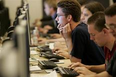 <p>People use computers in Mountain View, California September 23, 2005. REUTERS/Kimberly White</p>