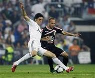 <p>Kaka, do Real Madrid, disputa bola com jogador do Deportivo La Coruña em partida no sábado do Campeonato Espanhol. REUTERS/Susana Vera</p>