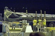 <p>Обломок хвоста аэробуса A330 компании Air France доставлен в порт французского города Пойяк 31 мая 2009 года. Франция надеется на расширение международной помощи в поиске недостающих обломков и бортового самописца самолета авиакомпании Air France, упавшего в июне этого года в Атлантический океан, сообщил ведущий специалист страны по раскрытию причин аварии в понедельник. REUTERS/Olivier Pon</p>
