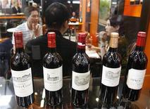 <p>Wine merchants talk during Vinexpo, the world's biggest wine fair, in Bordeaux, southwestern France, June 22, 2009. REUTERS/Regis Duvignau</p>