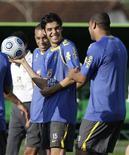 <p>Kaká brinca durante treino da seleção com Adriano em Teresópolis. O Brasil manteve a liderança do ranking da Fifa em agosto, assim como também não se alteraram as segunda e terceira posições.01/09/2009.REUTERS/Bruno Domingos</p>