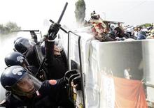 <p>Mostra Cinema Venezia,tensione tra manifestanti, polizia. REUTERS/Tony Gentile</p>