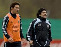 <p>Técnico da seleção argentina, Diego Maradona (direita), ao lado do atacante Lionel Messi durante treino da equipe em Buemos Aires. A equipe se prepara para enfrentar o Brasil pelas eliminatórias para a Copa do Mundo no sábado em Rosário. REUTERS/Enrique Marcarian</p>