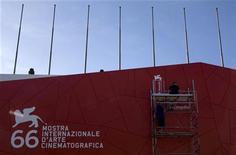 <p>L'ingresso del Cinema Palace alla Mostra del Cinema di Venezia. REUTERS/Alessandro Bianchi</p>