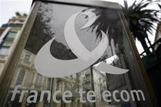 """<p>France Telecom est l'un des trois candidats qui discutent avec Deutsche Telekom pour racheter sa filiale britannique T-Mobile UK, mais les négociations sont encore à un stade """"préliminaire"""", selon le Financial Times. /Photo d'archives/REUTERS/Eric Gaillard</p>"""