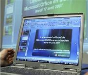 """<p>Foto de archivo de un ordenador portátil con la pantalla de instalación del programa """"Office"""", de Microsoft en idioma alsaciano en Estrasburgo, Francia, 17 abr 2007. Un tribunal estadounidense de apelaciones aceptó una solicitud de Microsoft de congelar una orden impuesta por un tribunal federal que habría detenido la venta de algunas de versiones de su popular aplicación Word. REUTERS/Jean-Marc Loos</p>"""