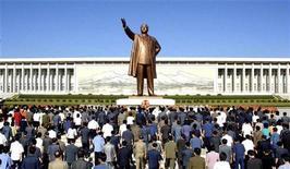 """<p>Жители Северной Кореи возлагают цветы к памятнику лидеру Северной Кореи Ким Ир Сену в Пхеньяне 9 сентября 2009 года. Северная Корея отметила годовщину своего основания в среду, пообещав добиваться дружественных взаимоотношений во всем мире и дав понять, что все еще готова к диалогу, после того, как Вашингтон """"заморозил"""" активы ее организаций, связанных с торговлей оружием. REUTERS/KCNA</p>"""