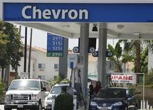 <p>Motorists are shown at gas pumps at a Chevron gasoline station in Burbank, California July 31, 2009. REUTERS/Fred Prouser</p>