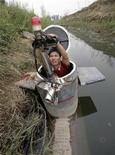 <p>Изобретатель-любитель Тао Сянли готовит субмарину перед тем как опробовать ее в озере в пригороде Пекина 3 сентября 2009 года. Изобретатель-любитель Тао Сянли два года рыскал по рынкам подержанных товаров в поисках различных деталей для того, чтобы собрать подводную лодку. REUTERS/Christina Hui</p>