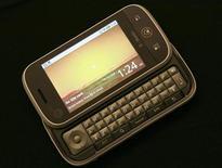 """<p>Мобильный телефон """"Cliq"""" компании Motorola созданный на основе операционной системы Android на презентации в Сан-Франциско 10 сентября 2009 года. Компания Motorola представила в четверг один из нескольких новых телефонов, разработанных совместно с Google. REUTERS/Robert Galbraith</p>"""