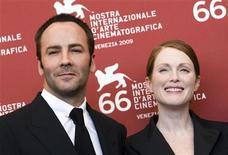 <p>Lo stilista e neoregista Tom Ford accanto all'attrice Julianne Moore a Venezia, oggi. REUTERS/Alessandro Bianchi</p>