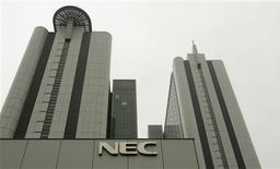 <p>Les groupes japonais NEC, Casio Computer et Hitachi ont décidé de fusionner leurs activités dans la téléphonie mobile en vue des réduire les coûts de développement et de fabrication. /Photo prise le 2 juillet 2009/REUTERS/Michael Caronna</p>