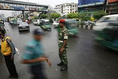 <p>An army personnel controls traffic at the Farmgate commercial area in Dhaka, September 15, 2009. REUTERS/Andrew Biraj</p>