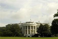 <p>Вид на Белый дом в Вашингтоне 27 июля 2009 года. Белый дом решил отложить задуманное еще предыдущей администрацией и раздражавшее Москву размещение противоракетной обороны в Польше и Чехии, сообщила в четверг газета Wall Street Journal со ссылкой на представителей американского правительства. REUTERS/Larry Downing</p>