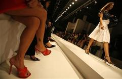 <p>A model presents a creation during the launch of the Salvatore Ferragamo Spring-Summer 2007/08 collection in Singapore November 6, 2007. REUTERS/Vivek Prakash</p>