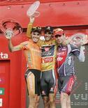 <p>O espanhol Alejandro Valverde (centro) comemora sua vitória na Volta da Espanha de ciclismo com os segundo e terceiro colocados neste domingo. REUTERS/Miguel Vidal</p>