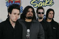 """<p>Papa Roach на церемонии вручения наград в области видеоигр Spike TV в Санта-Монике, Калифорния 14 декабря 2004 года. Члены группы станут ведущими церемонии награждения за лучшие видеоигры. Рок-группа Papa Roach споет в клубе Milk. Калифорнийская четверка, балансирующая между металлом и поп-музыкой, представит публике песни с нового альбома """"Metamorphosis"""". REUTERS/Robert Galbraith</p>"""