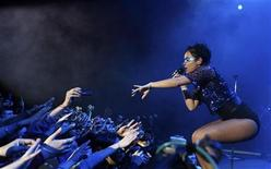 <p>British singer Lily Allen performs during her show in Buenos Aires September 19, 2009. REUTERS/Marcos Brindicci</p>