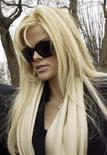 """<p>Foto de archivo de la ex modelo Anna Nicole Smith en frente de la Corte Suprema de Washington, 28 feb 2006. Un farmacéutico al que se le pidió dar poderosos medicamentos a la fallecida ex modelo Anna Nicole Smith describió la combinación de fármacos como un """"suicidio farmacéutico"""" y rechazó emitir la orden, según documentos de la corte publicados el martes. REUTERS/Chris Kleponis/Files</p>"""