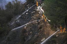 <p>Vigili del fuoco della contea di Los Angeles al lavoro per spegnere un incendio. REUTERS/Mario Anzuoni</p>