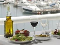 <p>Le régime méditerranéen, riche en poissons, en huile d'olive, légumes et fruits, est bon pour le coeur, moins pour le porte-monnaie. Selon une étude espagnole, plus les gens en sont adeptes, plus ils dépensaient d'argent pour se nourrir./Photo d'archives/ REUTERS/Albert Gea</p>
