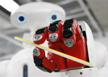 <p>Робот Twendy-One держит коктейльную соломинку в Токио 8 января 2009 года. Только в Токио возможно арендовать кошку на час и гладить ее, попивая капуччино - в то время как робот готовит вам лапшу. REUTERS/Issei Kato</p>