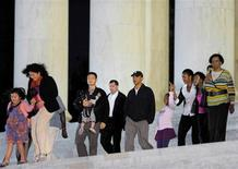 <p>O presidente dos EUA, Barack Obama, anda com a família no Jefferson Memorial, em Washington. Obama, planeja ir a Copenhague na sexta-feira para apoiar a candidatura de Chicago à sede da Olimpíada de 2016, disse uma fonte do movimento olímpico nesta segunda-feira.REUTERS/Mike Theiler</p>
