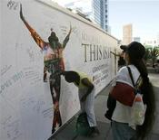 "<p>Il cartellone del film su Michael Jackson ""This Is It"" a Los Angeles. REUTERS/Danny Moloshok</p>"