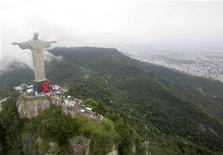 <p>Статуя Христа-Искупителя в Рио-де-Жанейро 1 декабря 2007 года. Тысячи беззаботных людей проводят время на пляже Ипанема в Рио-де-Жанейро жарким сентябрьским днем: некоторые просто загорают, другие играют в волейбол или футбол, дополняя великолепный вид сродни тому, что часто встречаются на открытках. REUTERS/Bruno Domingos</p>
