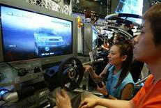 <p>Appassionati alla PlayStation2. REUTERS</p>