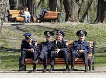 <p>Милиционеры отдыхают в парке в центре Киева 23 апреля 2009 года. В результате стрельбы возле мебельного магазина на окраине Киева в пятницу погибло два охранника магазина, а его директор госпитализирован, сказал Рейтер представитель региональной милиции. REUTERS/Konstantin Chernichkin</p>