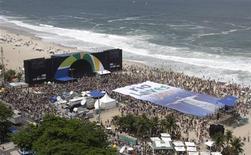 <p>Centenas de pessoas se reúnem em Copacabana para acompanhar a escolha da cidade sede das Olimpíadas de 2016. O Rio de Janeiro foi escolhido pelo Comitê Olímpico Internacional (COI), nesta sexta-feira, para sediar a Olimpíada de 2016. Essa é a primeira vez que um país da América do Sul vai receber os Jogos Olímpicos. Também estavam na disputa Chicago, Tóquio e Madri.02/10/2009.REUTERS/Bruno Domingos</p>