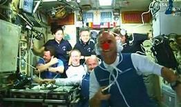 <p>El multimillonario canadiense Guy Laliberté (con una nariz de payaso en la imagen) durante una conferencia de prensa a bordo de la Estación Espacial Internacional, 2 oct 2009. Laliberté, uno de los fundadores del Cirque du Soleil y apodado el primer payaso en el espacio, llegó el viernes a la Estación Espacial Internacional (EEI) a bordo de la nave rusa Soyuz. REUTERS/NASA TV</p>